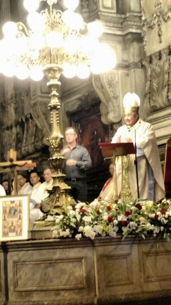 Dom Orani faz Homilia no Altar Da Igreja da Candelária e o intérprete Cesar ao lado dele interpreta para os Surdos
