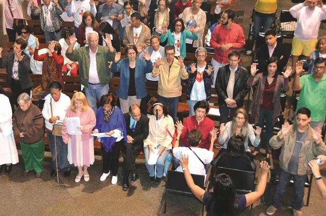 articipação dos cegos e membros da Catequese Especial, na Catedral de São Sebastião. Coral das moças cegas ao lado e intérprete de LIBRAS.