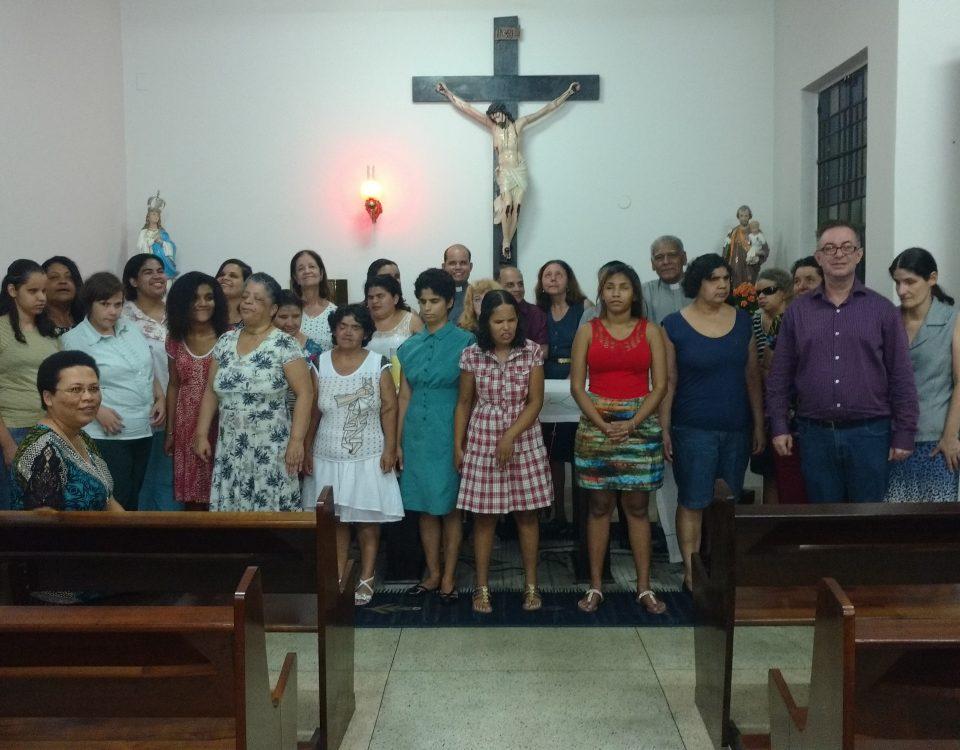 Foto Oficial da Pastoral do Cego com a presença do Coral do Sodalício da Sacra Família.Grupo de 32 pessoas, com destaque para a Coordenação: Antonia, Jorge, Nair, Débora, Cesar e o Diácono BA.