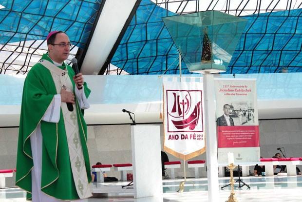 Dom Sérgio da Rocha, atual Presidente da CNBB foi escolhido pelo Papa Francisco para ser Cardeal da Igreja Católica. Na foto, ele está celebrando a Missa na Catedral de Brasilia. Está usando mitra e báculo. Ele é magro e bem jovem.