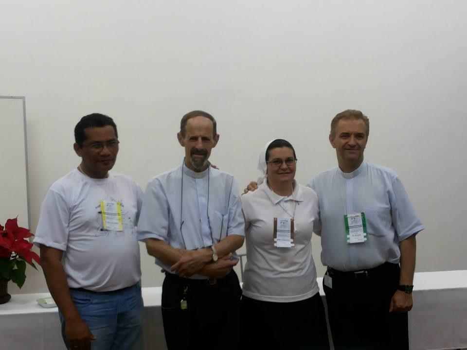 Da esquerda para a direita: padre Helio (São Luís/MA), Padre Volmir (Porto Alegre?RS), Irmã Aparecida (PMS, Londrina/PR) e Padre Wilson (Curitiba, PR). Todos surdos!. Padre Wilson, surdo de nascença.