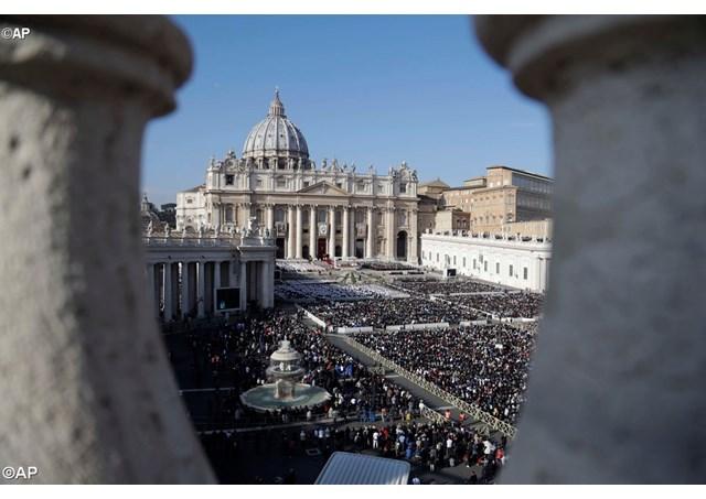 Praça de São Pedro, Vaticano. Papa reza a Oração do Angelus ao meio - dia . Missa de Encerramento do Ano Santo da Misericórdia.