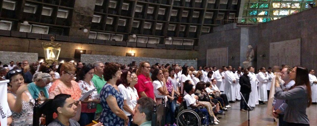 Participantes da Missa da Unidade na Catedral do Rio. Pasped presente! Surdos, cegos e cadeirantes ao lado do altar principal da Catedral de São Sebastião.