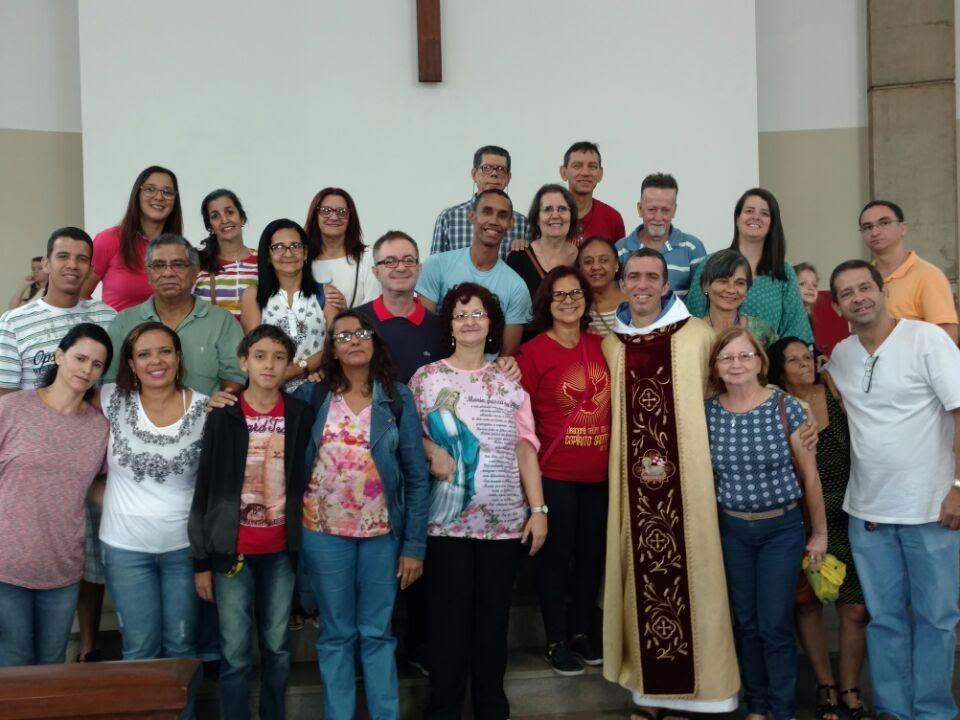 Pastoral do Surdo, após a Missa de Cristo Jesus, na Igreja de Dom Bosco. Padre João da Comunidade Semente do Verbo (SdV) conhece LIBRAS.