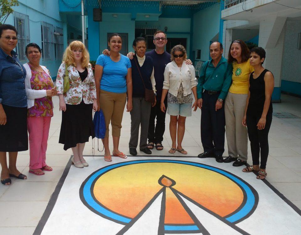 Equipe de Coordenação da Pastoral do Cego no Sodalício da Sacra Família da Tijuca. No piso, o logotipo da Instituição.