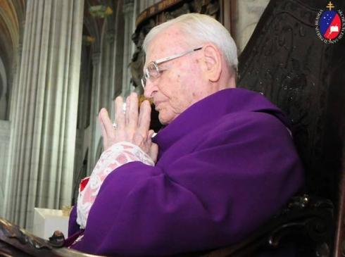 Dom Paulo Arns, Cardeal Arcebispo de São Paulo sentada na Cátedra da Sé
