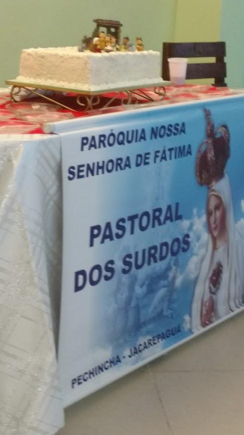Bolo festivo para comemorar o aniversário de nosso Salvador e Libertador, Jesus Cristo. Abaixo, o banner da Comunidade Local: Nossa Senhora de Fátima.