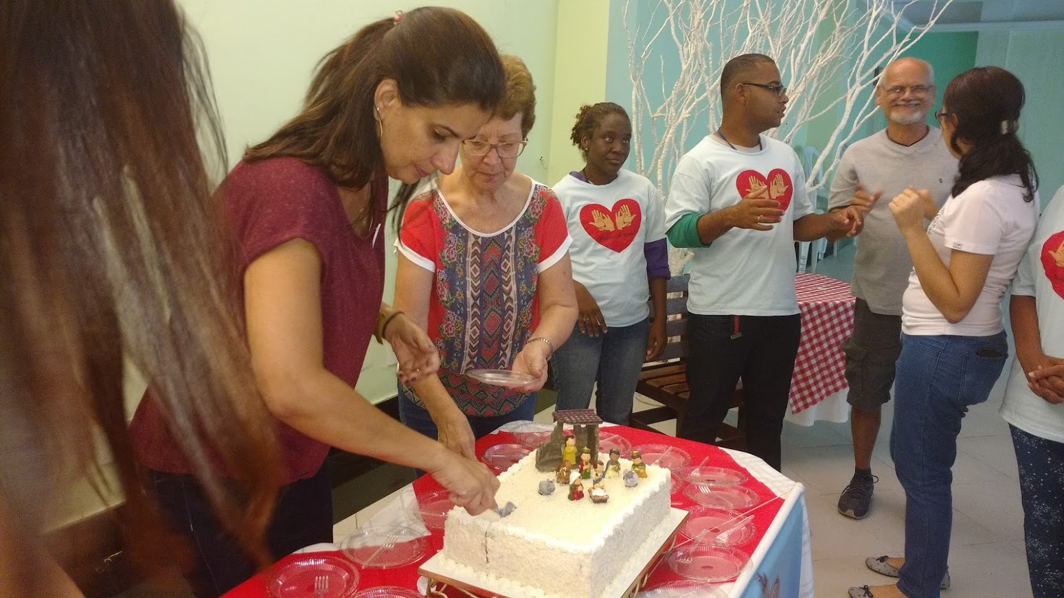 Iracema e Janise partindo o bolo comemorativo. Ambas são da Equipe de Coordenação do Regional Leste 1.