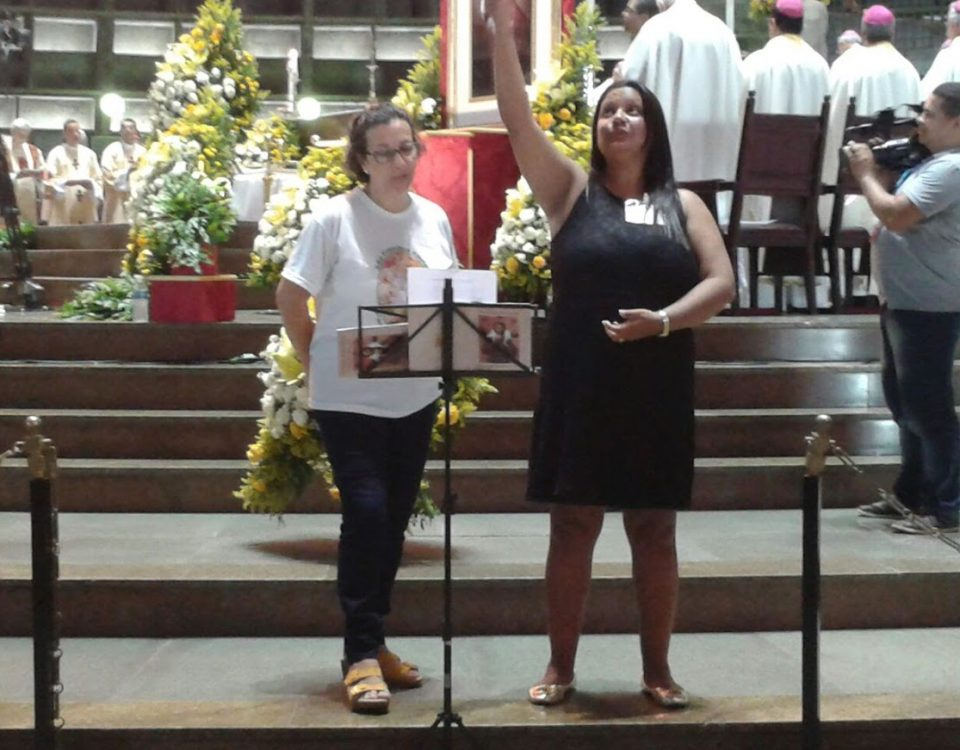 Laura, intérprete da Paróquia de São Francisco Xavier da Tijuca e Marilene da Paróquia da Porciúncula de São Francisco de Niterói. (Arquidiocese).