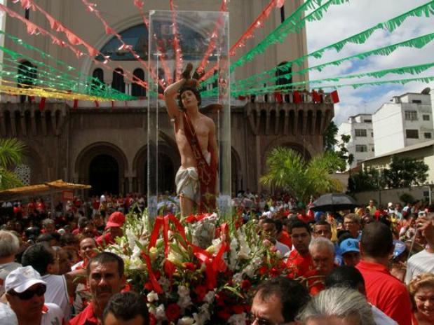 Imagem de São Sebastião saindo da Basílica dos Capuchinhos, na Tijuca. Muita gente usando roupa vermelha, cor do Santo Padroeiro. Em frente a Basílica dos Frades Capuchinhos.