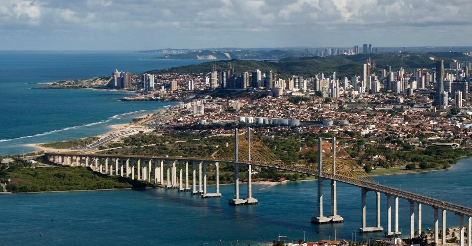 Vista da Cidade de Natal com praias, grande e altos edifícios. Uma ponte que parece a Rio - Niterói, mas bem menor. A cidade e muito bonita.