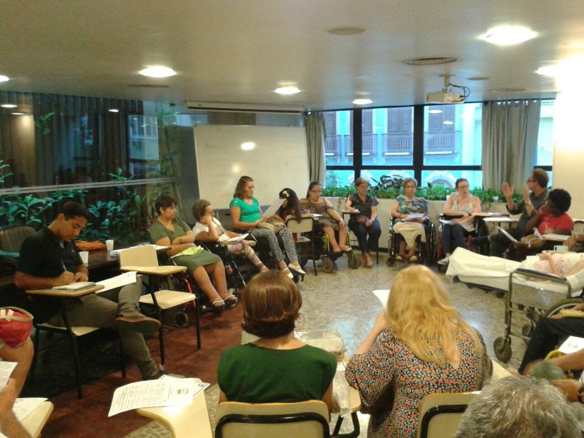 No auditório do 2º andar, o grupo reunido em forma de círculo: somos todos irmãos!