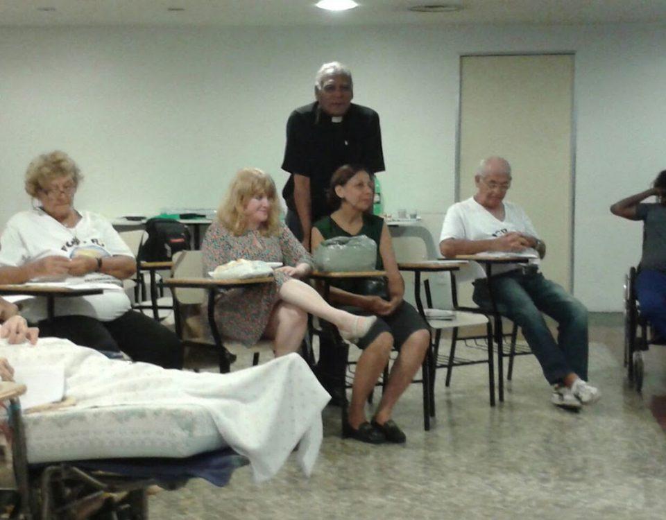 Diácono BA dá a bênção no final do 1º Fórum do ano na Mitra do Rio de Janeiro.