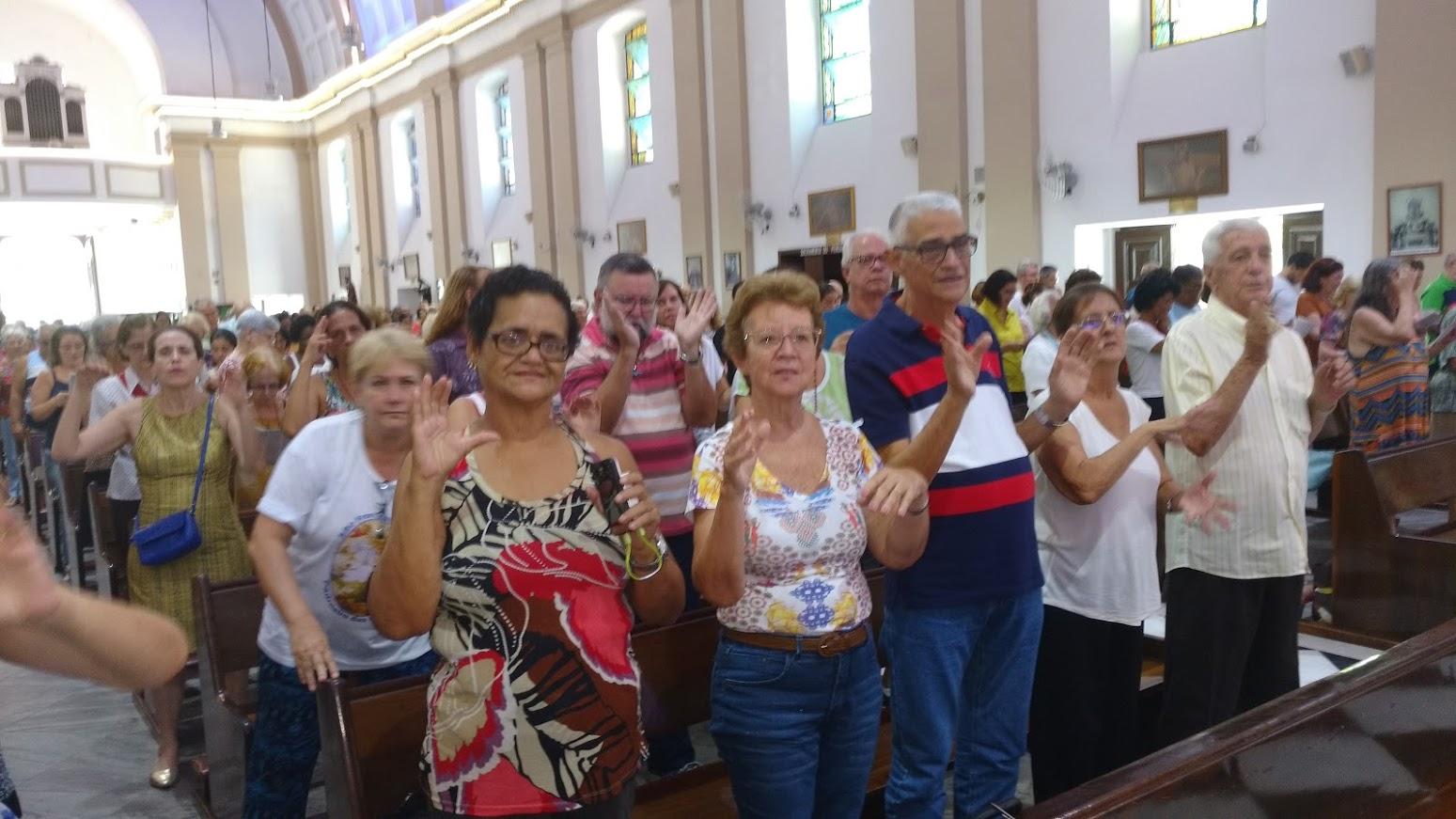 Surdos em frente do altar. Missa das 10h. Destaque para o casal surdo Iracema e Fabiano. Igreja de São Francisco Xavier da Tijuca.