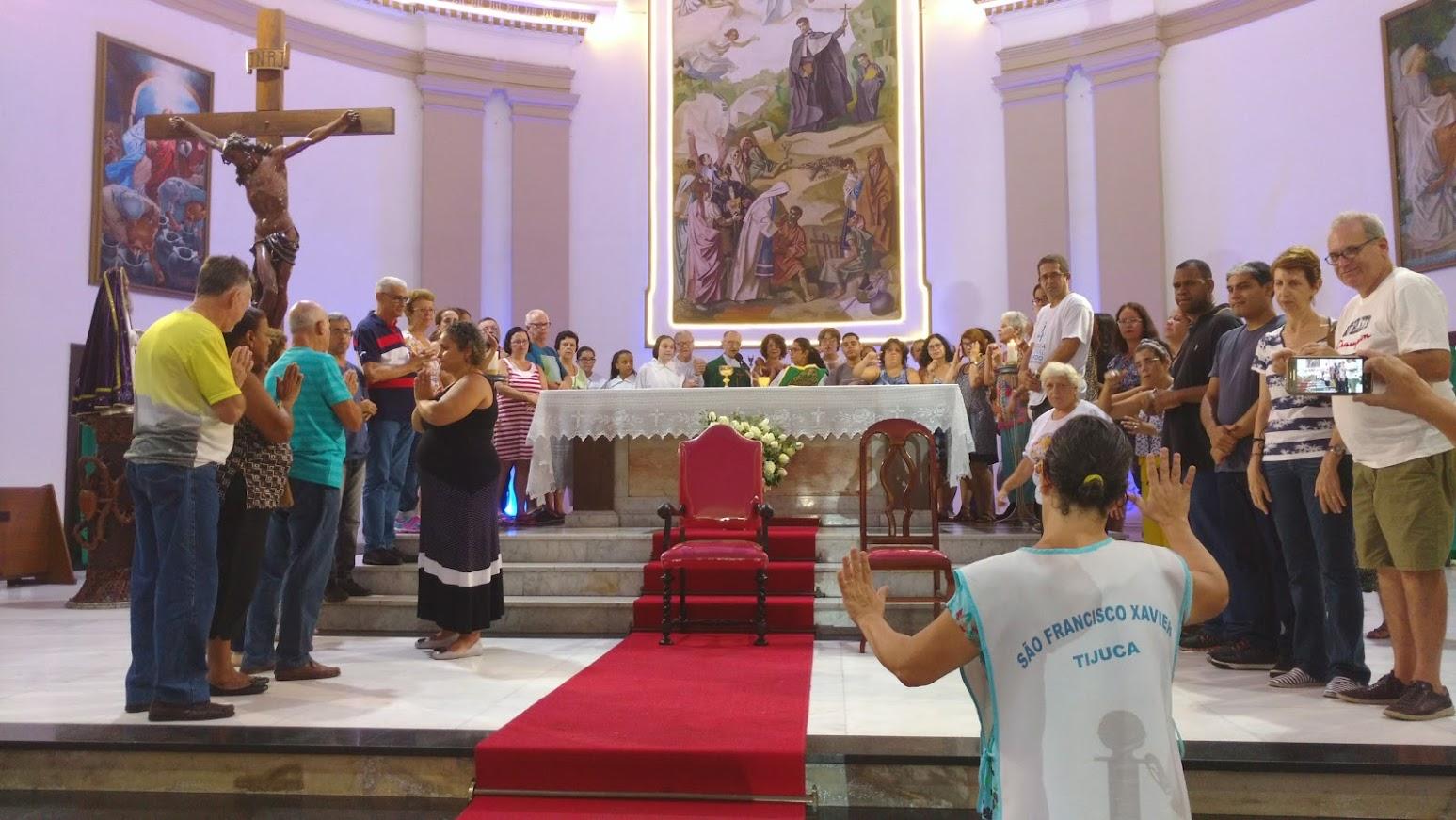 mais de 50 surdos no altar mor da Igreja de São Francisco Xavier. Missa das 10 h do dia 12 de fevereiro.