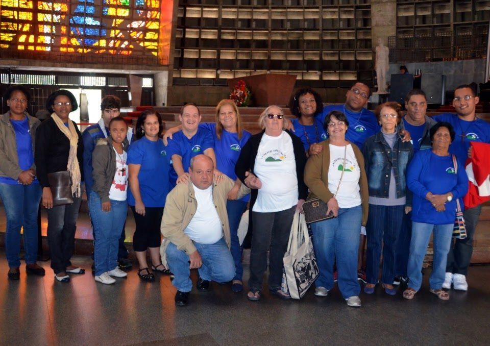 Grupo de adultos e jovens com Deficiência Intelectual na Catedral do Rio em junho de 2016. Missa do Ano Santo da Misericórdia.