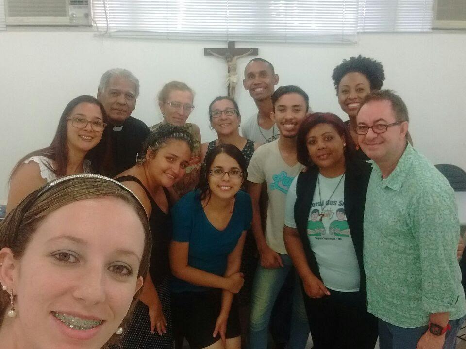 São 12 pessoas intérpretes de LIBRAS das Comunidades de Surdos do Rio e do Regional Leste 1. Estão todos em pé par uma self. Local: Mitra Arquidiocesana na Glória.