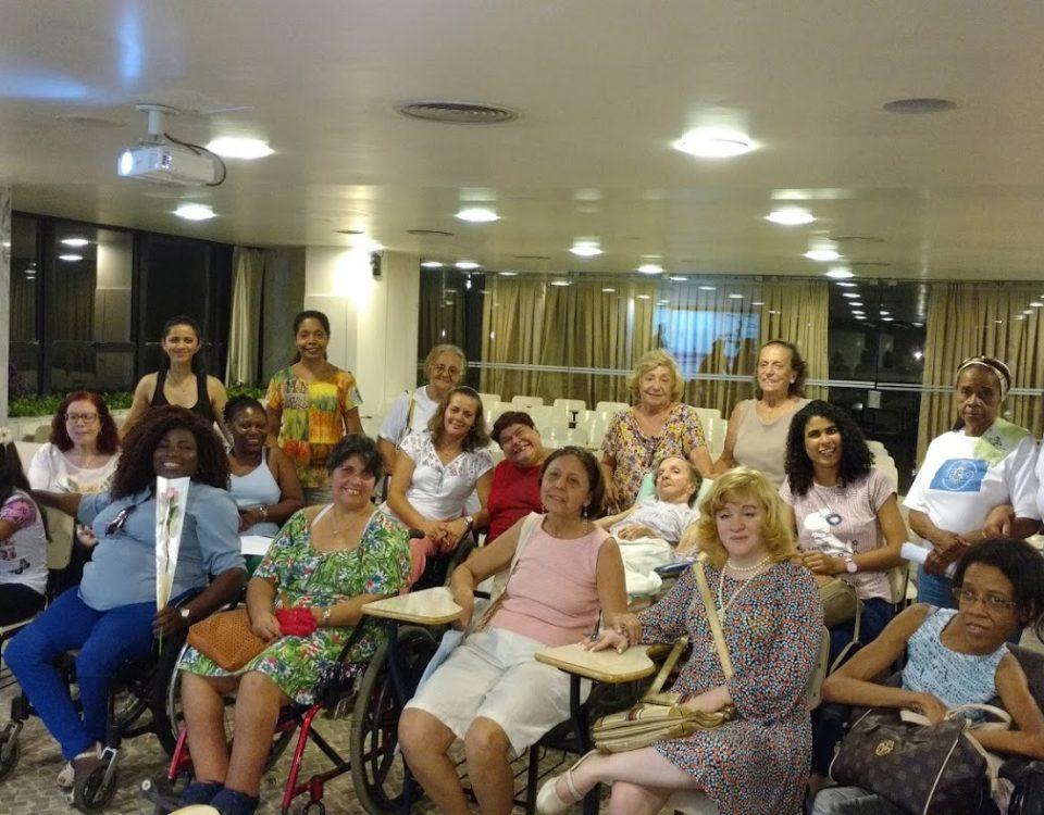 Grupo de Mulheres com deficiência todas no salão do 2º andar da Mitra no Bairro da Glória. Destaque para Antonia, Débora, Leonardo e sua namorada.