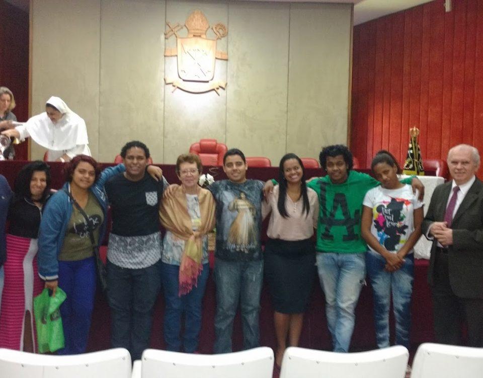 Jovens Funcionários surdos da Mitra. Presença da Iracema, Diácono Cezar Bahia, Professor Cesar Bacchim e Michele.