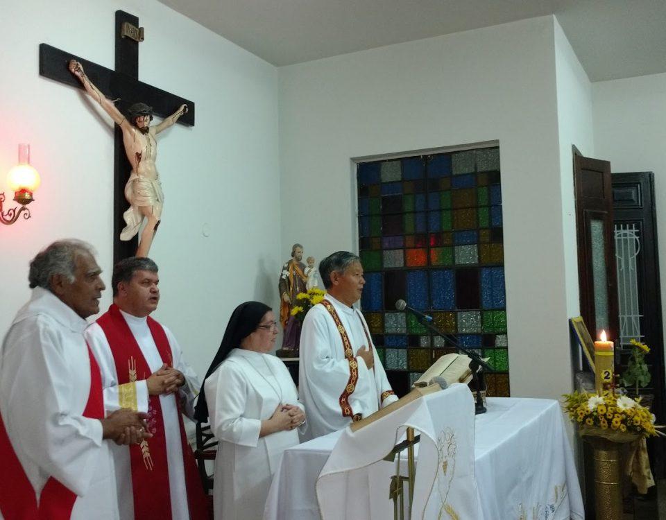 Missa e altar com Diácoo Ba, Padre Damião, Padre Li e Irmã Alberice.