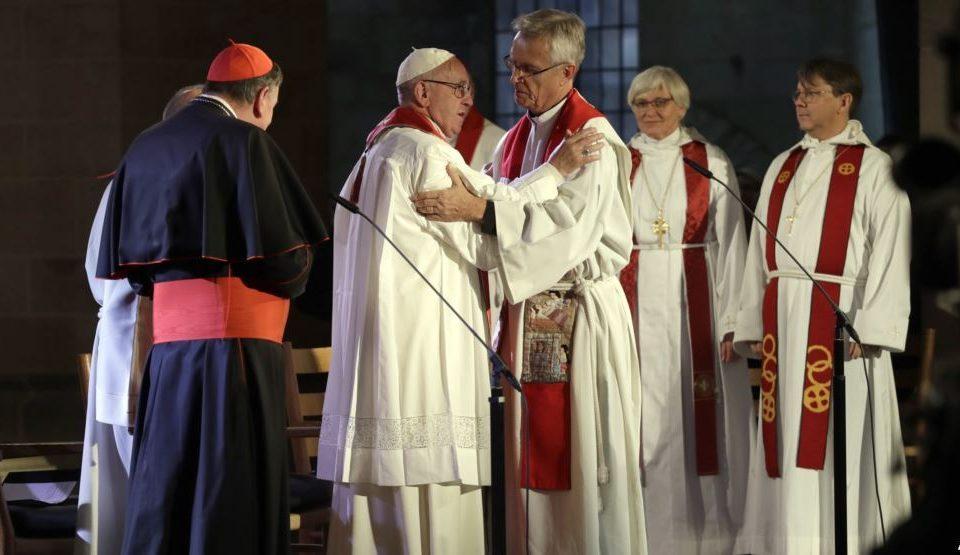 papa Francisco abraça pastores protestantes em Roma.