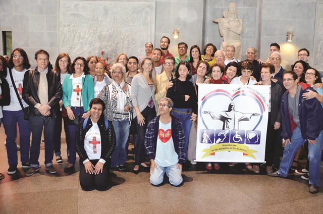um grupo de 40 surdos, todos em pé dentro da Catedral do Rio em junho de 2016. Missa da Abertura do Ano Santo da Misericórdia.