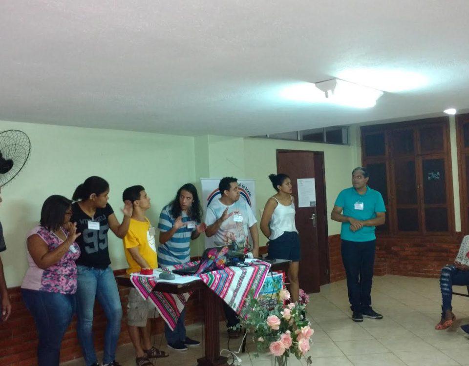 Equipe da Juventude Surda do Rio assume a função de coordenar por 2 anos a Pastoral do Jovem. Estão todos em pé, no salão do Instituto Nossa Senhora de Lourdes, na Gávea.