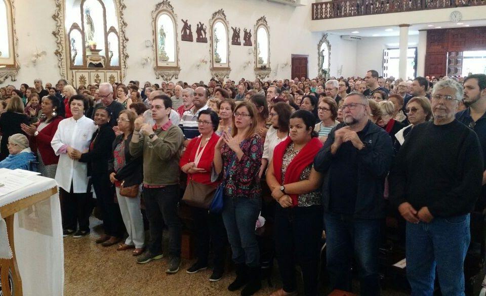 Grupos d esuros participando da Missa na Igreja de Niterói no dia dos Apóstolos Pedro e Paulo.