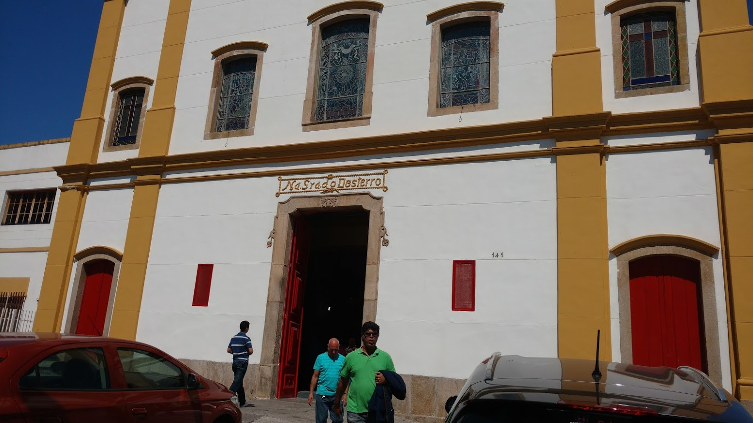 Fachada da Igreja construída há mais de 250 anos na Zona Oeste - Campo Grande. Aldori e Alexandre (ambos surdos) saindo da Igreja.