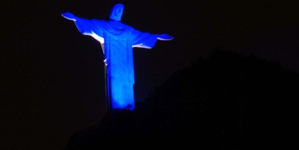 Cristo Redentor iluminado com a cor azul pelo Dia Nacional do Surdo, 26/09.