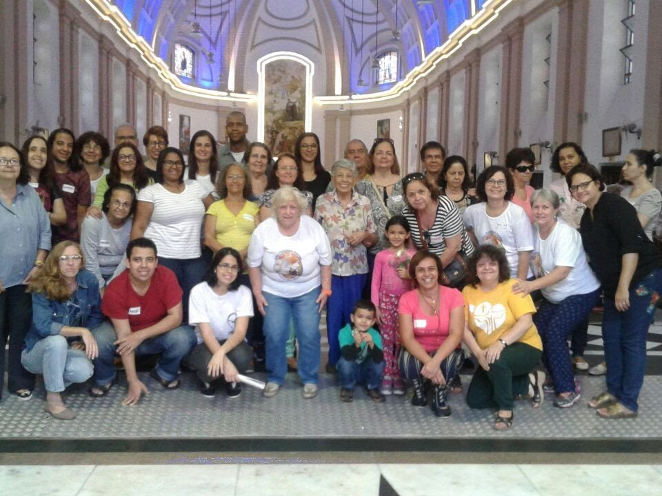 Grupo de surdos e ouvintes dentro da Igreja de São Francisco Xavier. todos em pé .