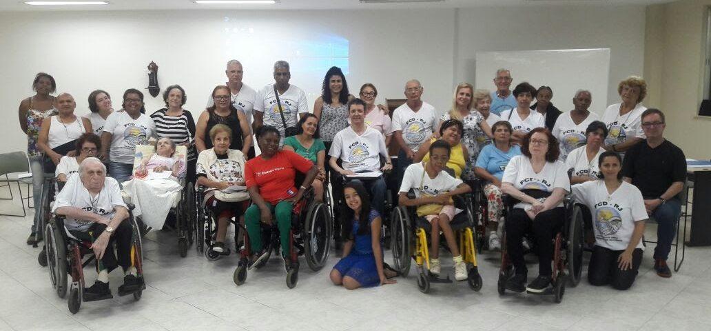 Cerca de 40 pessoas cadeirantes e andantes participaram do 2º Encontro Estadual de Formação nos dias 13 a 15 e outubro em São Conrardo. Estão todos num grande salão posicionados para a foto.