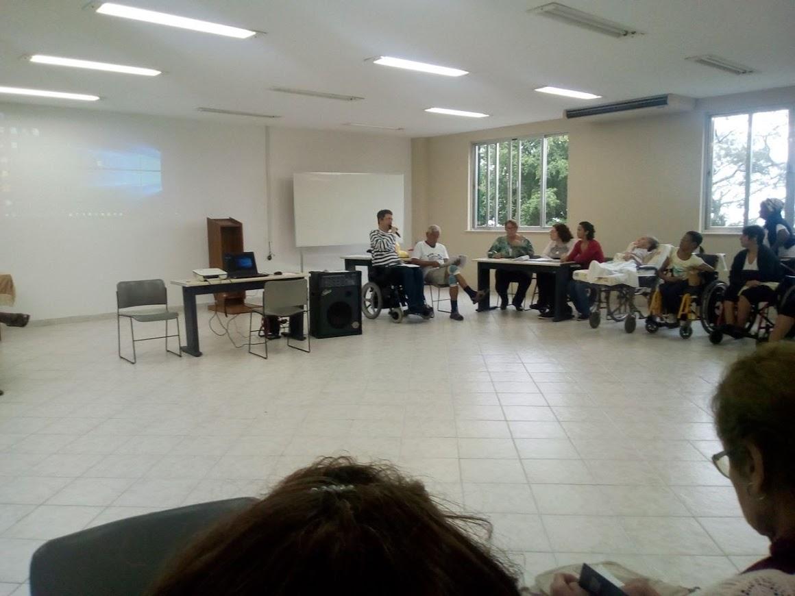 Grupo de cadeirantes e andantes participam de atividade no salão da Casa de Retiros. Encontro de Formação da FCD/RJ.