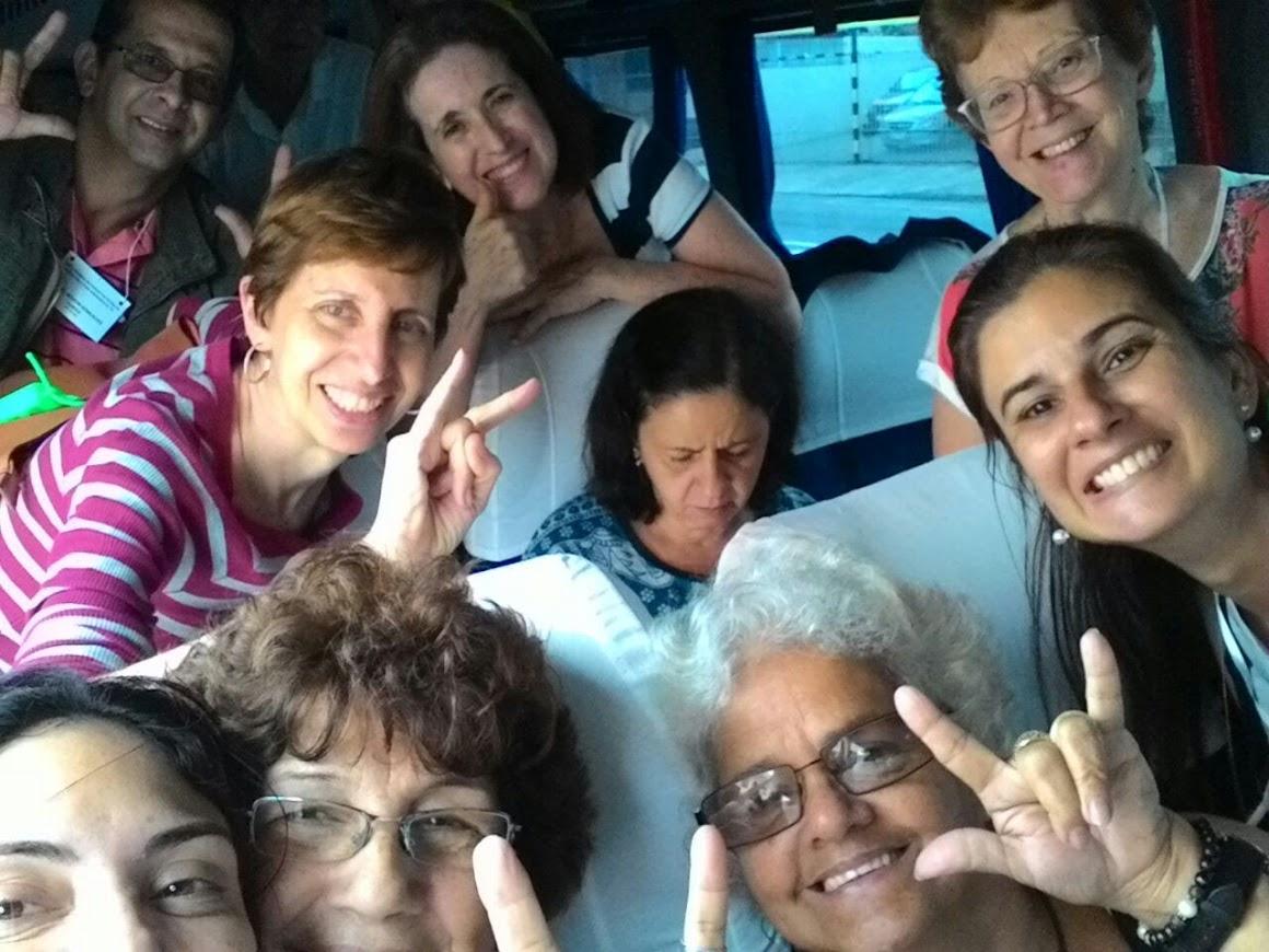 Dentro van, surdos voltam para o Rio. Lindo dia de domingo. Deus os proteja!