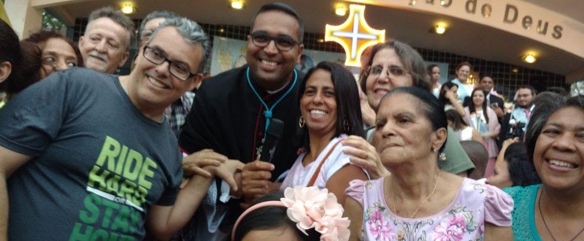 Surdos ao lado do Reitor do Santuário da Penha, Padre Tiago Sardinha.
