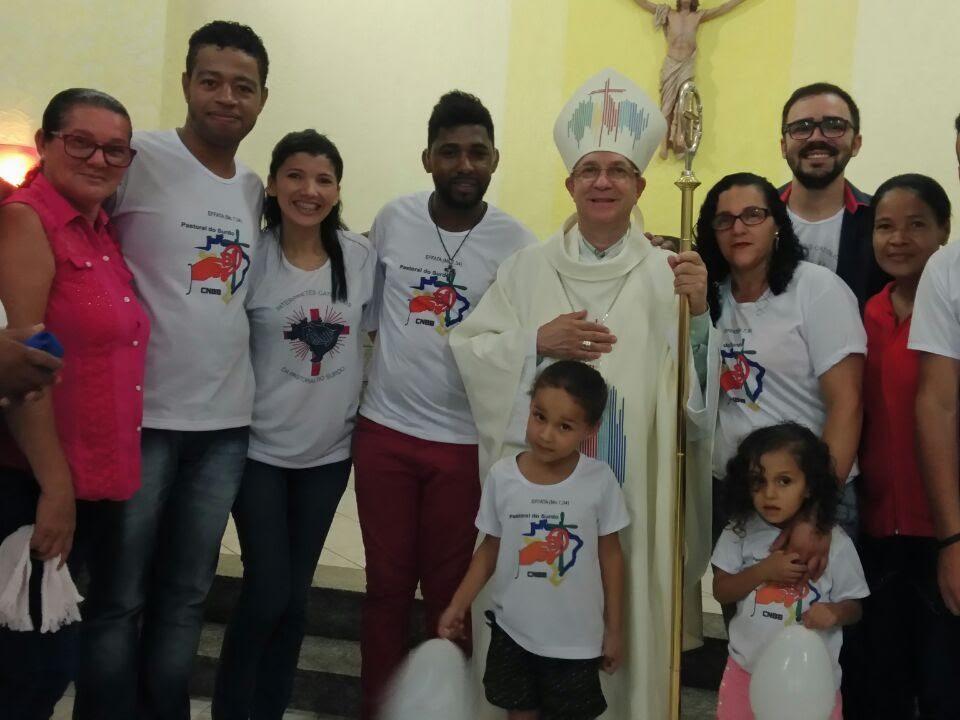Grupo de surdos da Bahia ao lado do Bispo Dom Valdemir .
