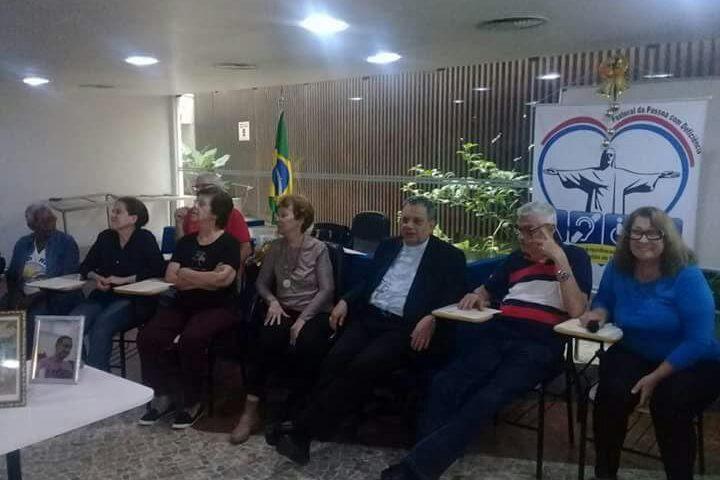 Srdos e cegos presentes na Celebração da Palavra no 7º Seminário da Pessoa com Deficiência.
