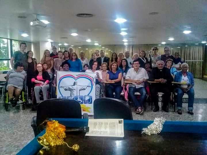 Cerca de 50 pessoas em pe par a foto oficial dos presente sno 7º Seminário Arquidiocesano da PCD.