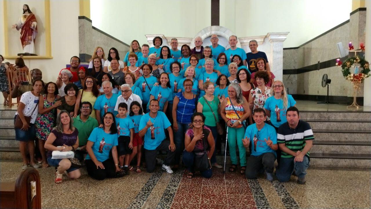 Mais de 40 surdos em frente ao altar, todos em p´para a Foto oficial. Todos usam camiseta azul.