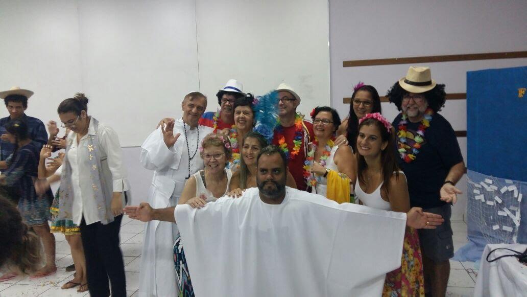 """Surdos do Rio com roupas de Carnaval, serpentinas e confetes. Um surdo se vestiu de """"Cristo Redentor"""" com os braços abertos."""