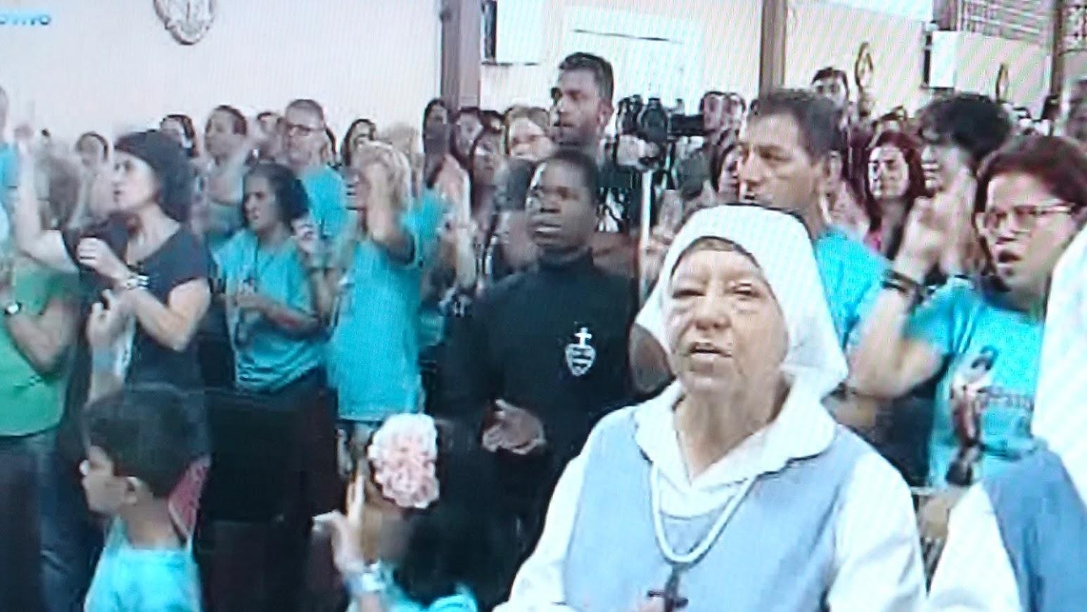 Surdos e ouvintes dentro do Santuário Jesus Crucificado. Romaria à Porto das Caixas, Itaboraí RJ