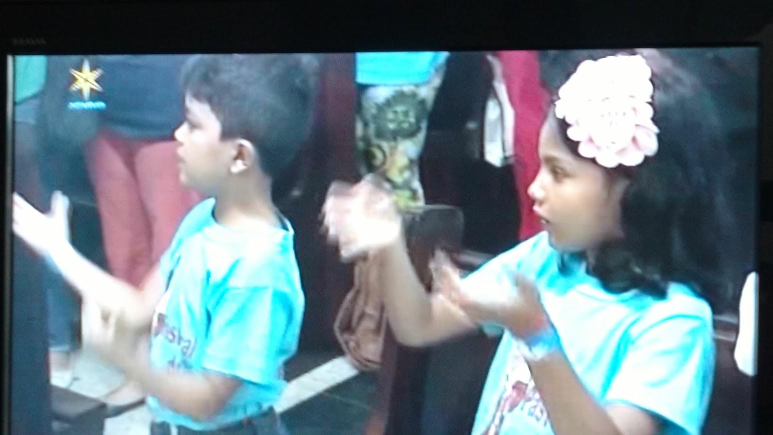 Netos da Intérprete Paula (Penha) estão sendo iniciados na Pastoral do Surdo. (Missa em 27 de janeiro de 2018). Duas crianças de 7 e 10 anos aproximadamente.