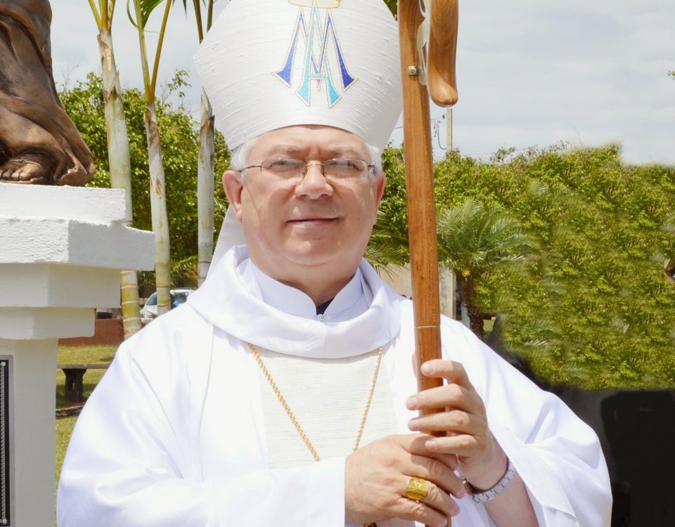 Dom Celso com as vestes episcopais toma posse como Bispo da Diocese de São José dos Pinhais no Paraná. Dia 17 de fevereiro de 2018 às 9h.