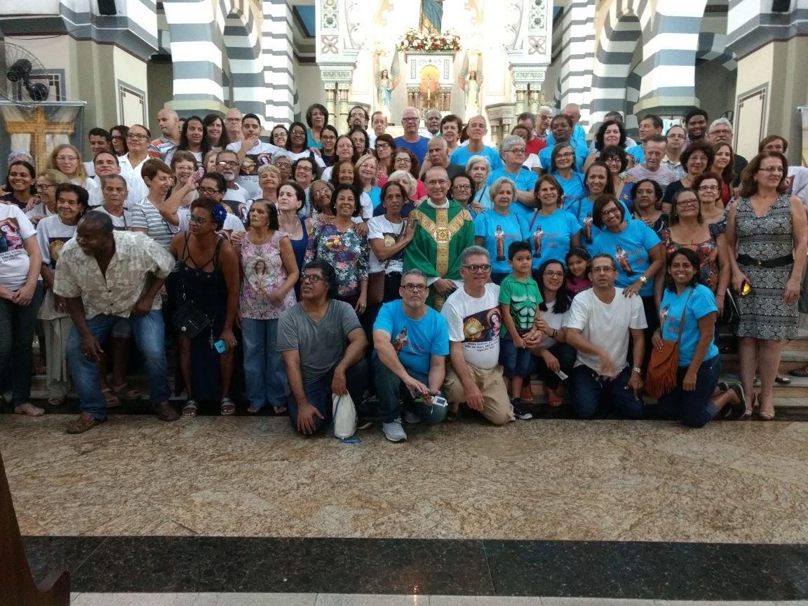 Foto oficial da participação das Comunidades de Surdos na Missa Solene da Entronização da Imagem de N. Sra. dos Surdos, Mãe do Silêncio.