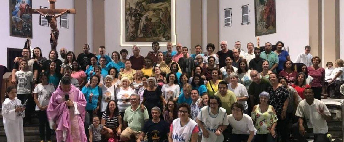 Foto das Comunidades de surdos com os intérpretes no dia 11 de março de 2018, na Igreja São Francisco Xavier - Tijuca. Mais de 50 pessoas em pé em frente ao altar principal.