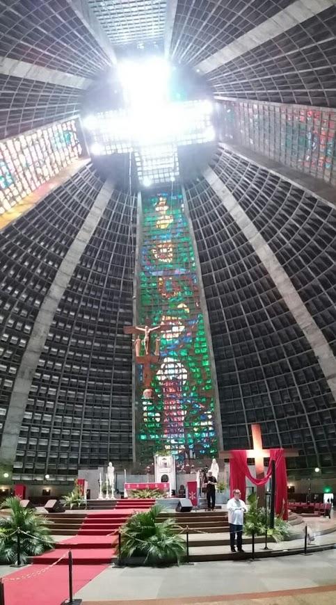 Interior da Catedral com destaque para os vitrais. Domingo de muito sol e calor. Cor litúrgica vermelha, sinal de amor e de doação de Jesus pela Humanidade.