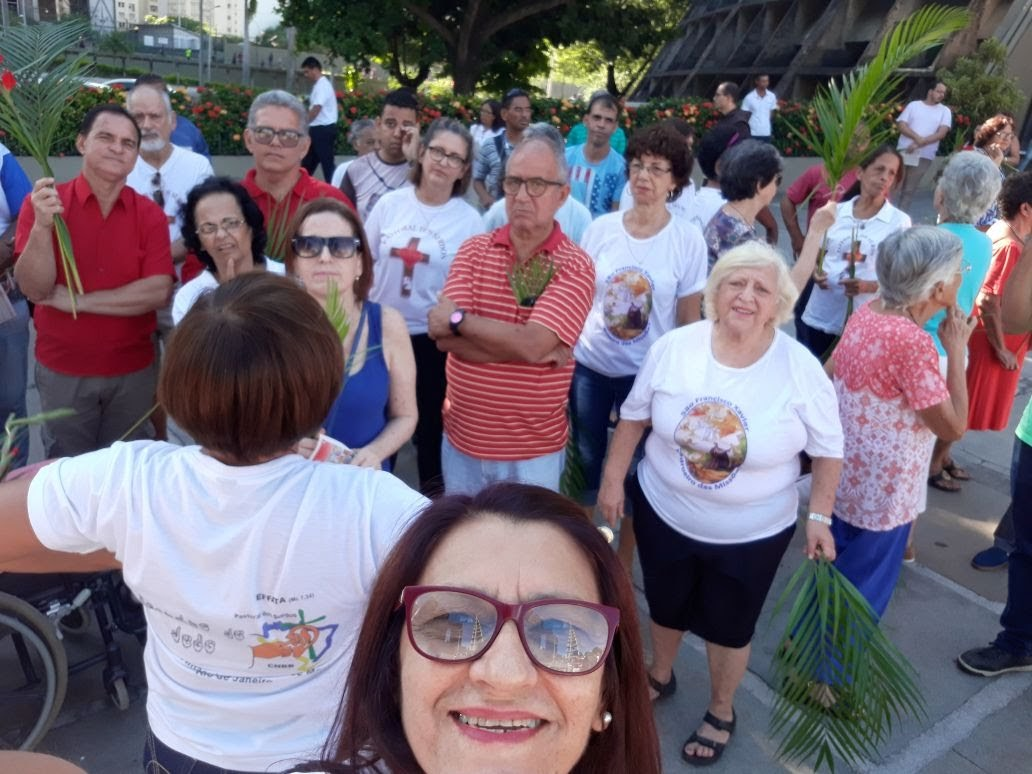 Outro momento da Bênção do Ramos na Catedral do Rio. Surdos da Tijuca e do Méier.
