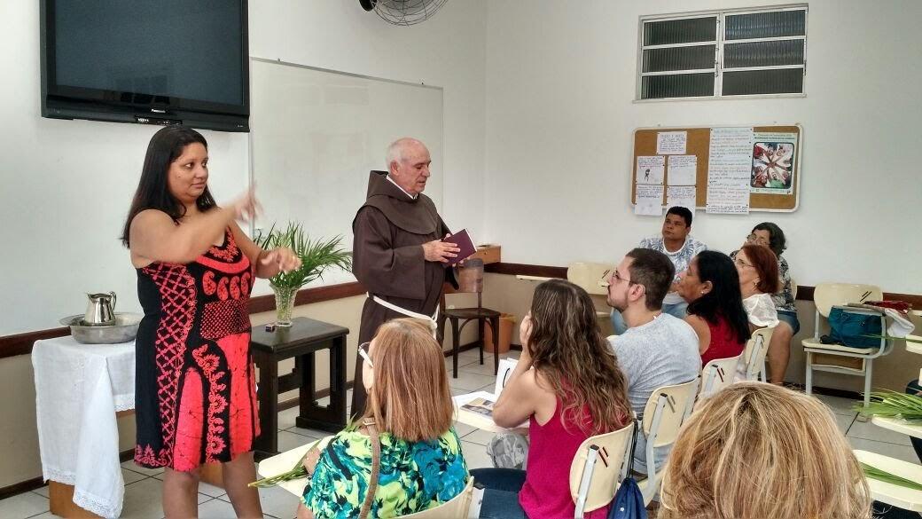 Frei Sérgio celebra a Confissão Comunitária dos Surdos. Igreja da Porciúncula de Niterói no Domingo de Ramos.