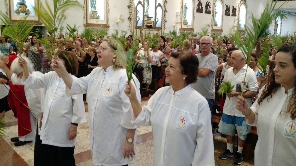 Missa de Ramos na Paróquia da Porciúncula de Niterói. Surdos com os ramos, destaque para a Ministra da Eucaristia, Ana Maria Reys (surda) e Coordenadora Local.