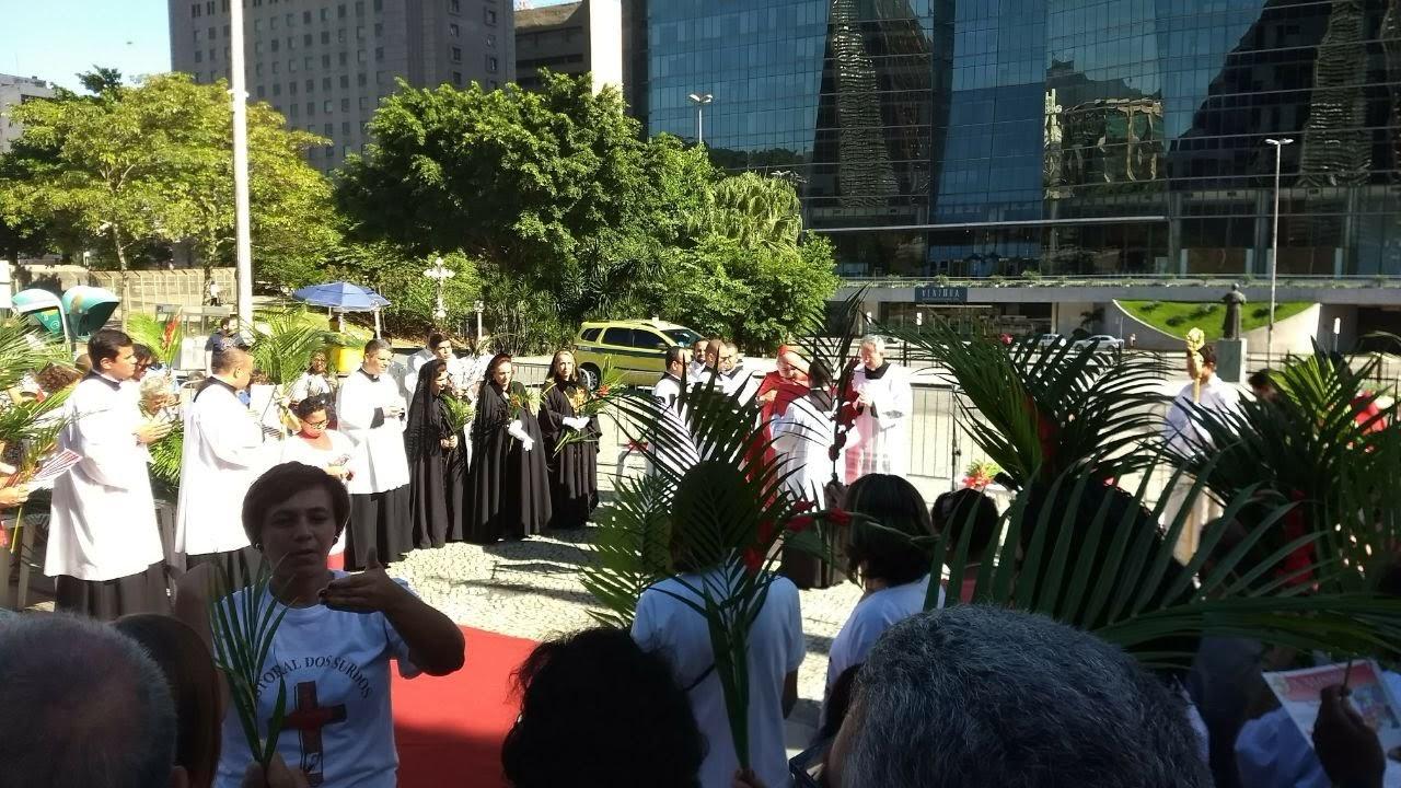 Bênção dos Ramos em frente à Catedral do Rio. Participação da intérprete Margareth da Comunidade de surdos do Méier.